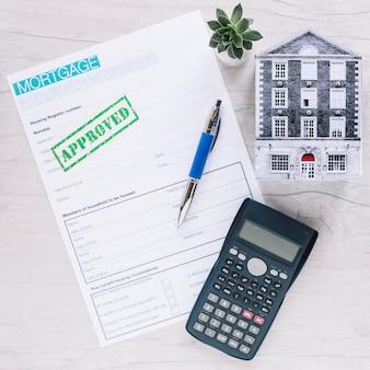 Arreglado el papel aprobado por la hipoteca en el escritorio