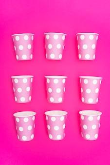 Arreglado vasos de papel para fiestas en filas