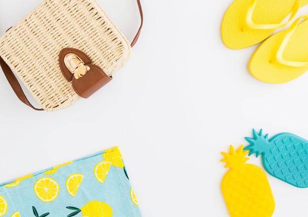 Arreglo de accesorios de verano para vacaciones en la playa.