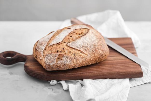 Arreglo alimenticio con pan alto ángulo