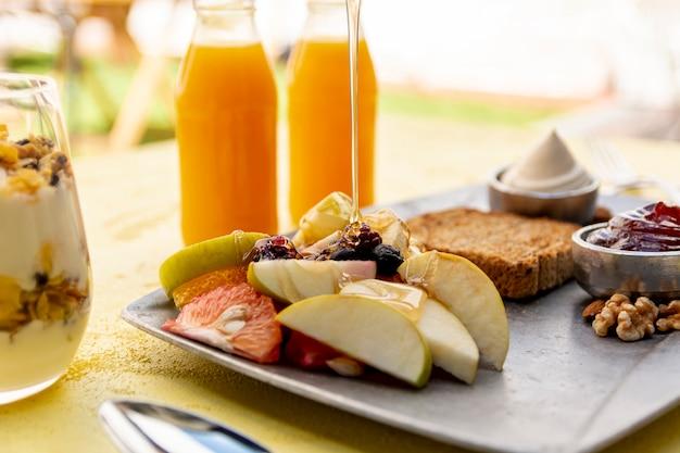 Arreglo con alimentos y bebidas saludables.