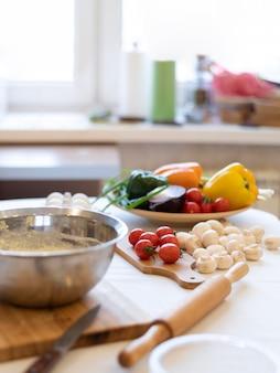 Arreglo de alimentos en la mesa de la cocina