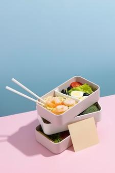 Arreglo de alto ángulo de caja bento japonesa