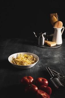 Arreglo de alto ángulo con comida y utensilios de cocina.