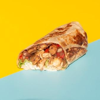 Arreglo de alto ángulo con deliciosa comida mexicana
