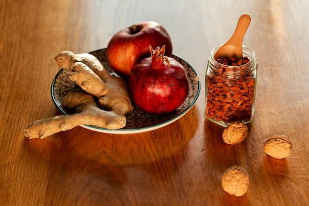 Arreglo de alto ángulo con frutas y semillas.