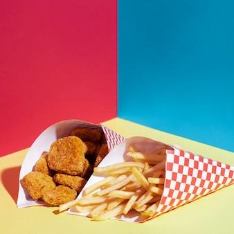 Arreglo de alto ángulo con papas fritas y nuggets de pollo.