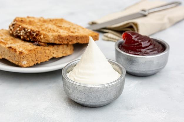 Arreglo de alto ángulo con salsas y tostadas