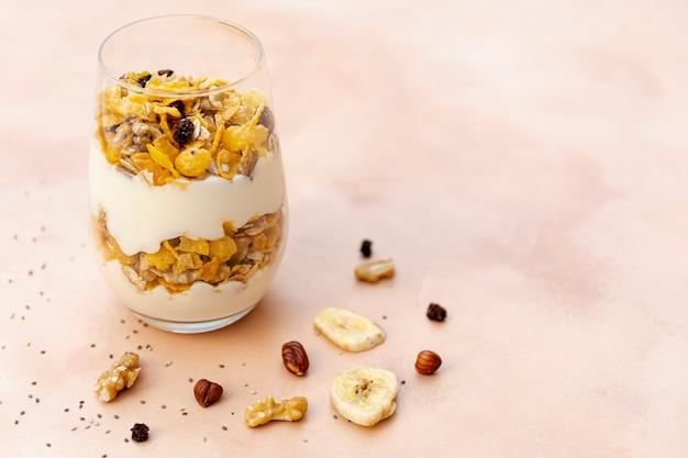 Arreglo de ángulo alto con cereales en un vaso