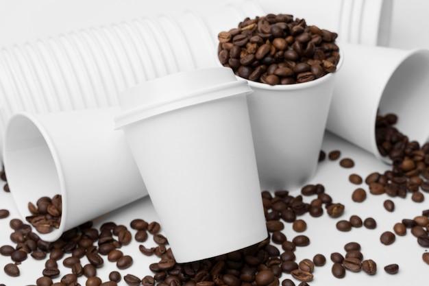 Arreglo de ángulo alto con granos de café