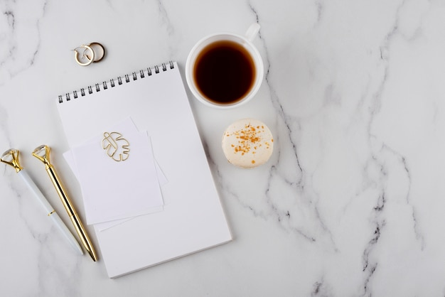 Arreglo de artículos de escritorio en mesa de mármol plana