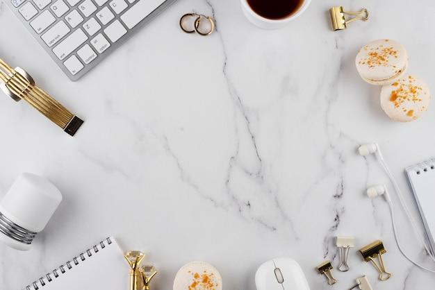 Arreglo de artículos de escritorio plano sobre mesa de mármol