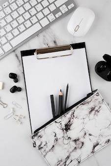 Arreglo de artículos de escritorio plano