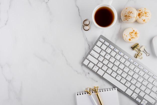 Arreglo de artículos de escritorio de vista superior en mesa de mármol