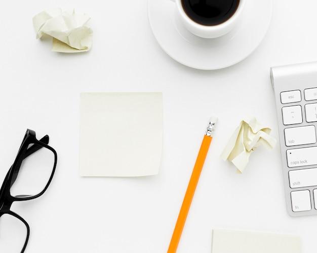 Arreglo con artículos de escritorio