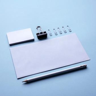 Arreglo de artículos de papelería alta vista