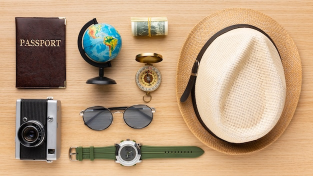 Arreglo de artículos turísticos de vista superior
