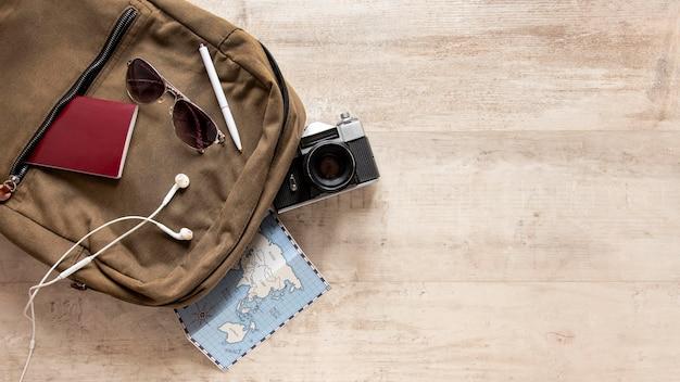 Arreglo de artículos de viaje con espacio de copia