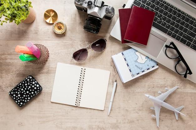 Arreglo de artículos de viaje en plano