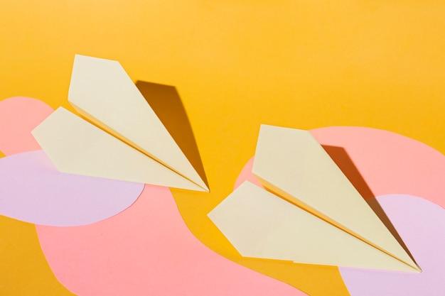 Arreglo de aviones de papel de vista superior