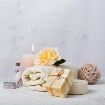 Arreglo de baño con jabón y toalla.