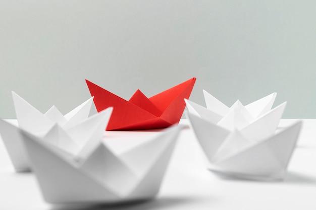 Arreglo de barcos de papel blanco y rojo