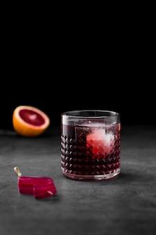 Arreglo con bebida y fondo oscuro