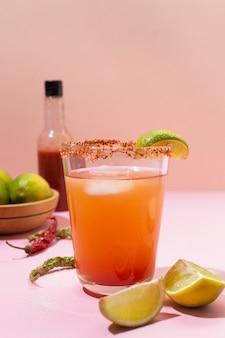 Arreglo de bebida picante michelada