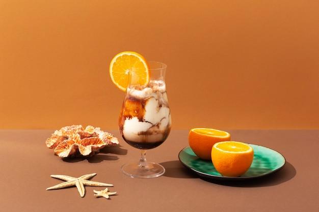 Arreglo de bebidas y frutas