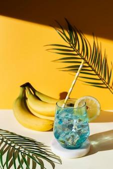 Arreglo de bebidas y plátanos de alto ángulo