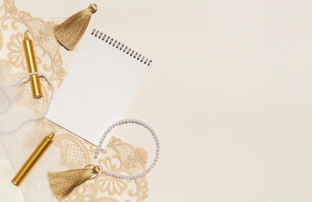 Arreglo de boda con bloc de notas y espacio de copia