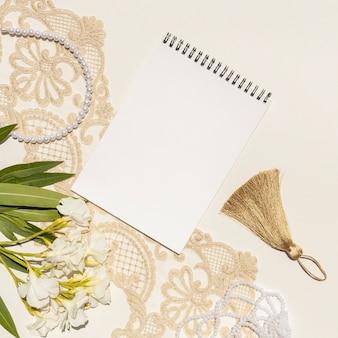 Arreglo de boda de primer plano con bloc de notas