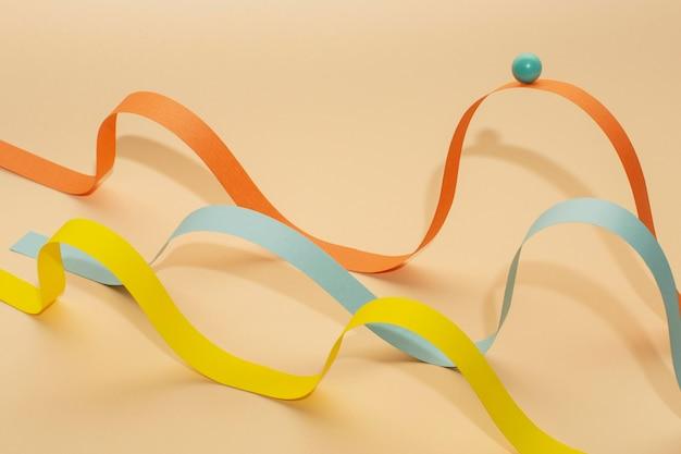 Arreglo de bolas y cintas de colores de alto ángulo