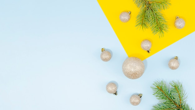 Arreglo con bolas de navidad y hojas de pino y copia espacio