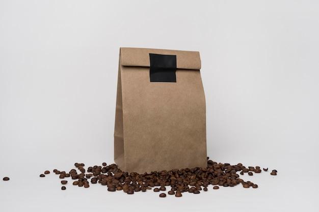 Arreglo con bolsa de papel sobre granos de café.