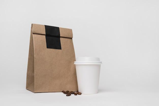 Arreglo de bolsa de papel y taza de café