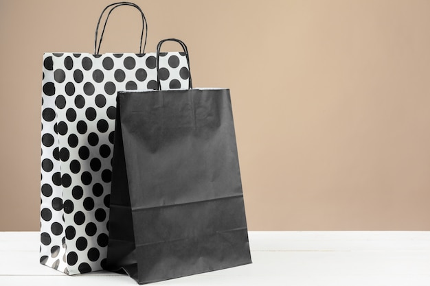 Arreglo de bolsas de compras sobre fondo beige