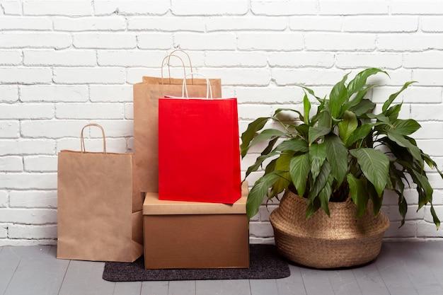 Arreglo con bolsas de papel y planta.