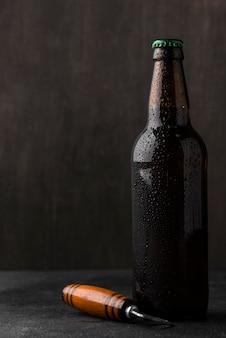 Arreglo de botella de cerveza y abridor