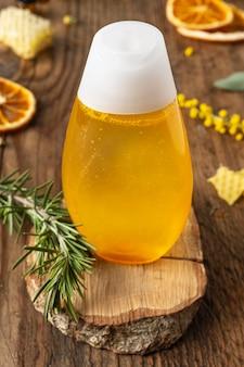 Arreglo de botella e ingredientes alto ángulo