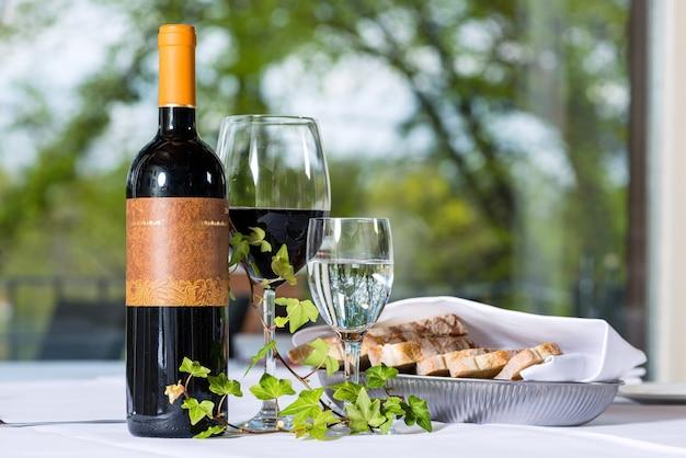 Arreglo con botella de vino y criado en un restaurante de alta cocina.