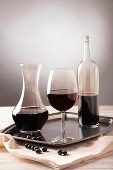Arreglo de botellas y copa de vino.