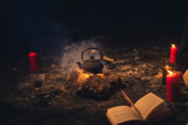 Arreglo de brujería con tetera en el medio