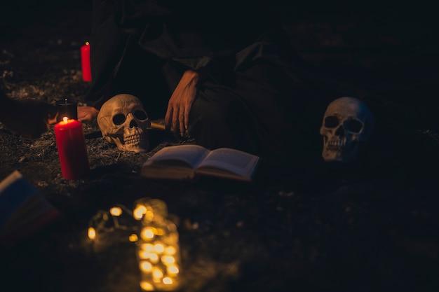 Arreglo de brujería con velas en la oscuridad