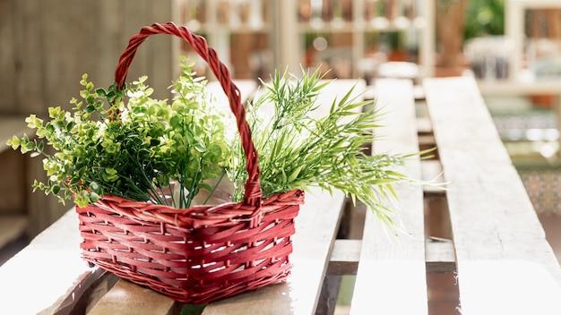 Arreglo con canasta de flores sobre la mesa