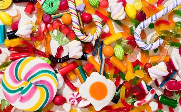 Arreglo de caramelos de diferentes colores.