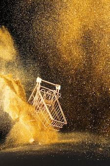 Arreglo de carro de compras dorado con purpurina dorada