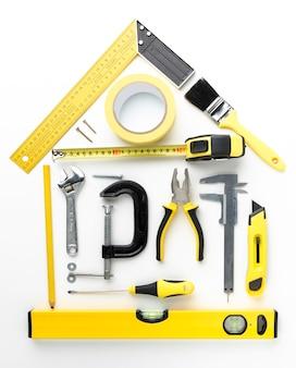 Arreglo de la casa desde la vista superior de herramientas de reparación amarillas