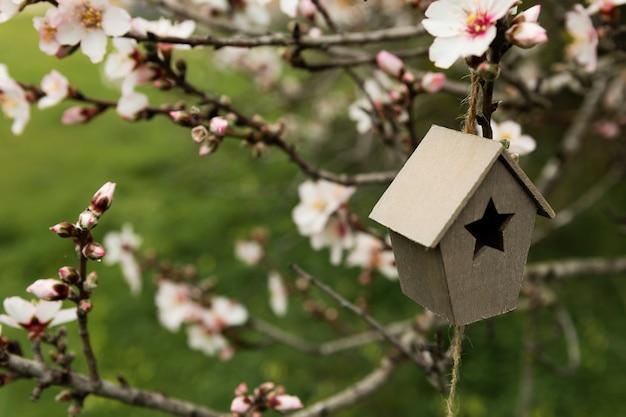 Arreglo de casita de madera en un árbol