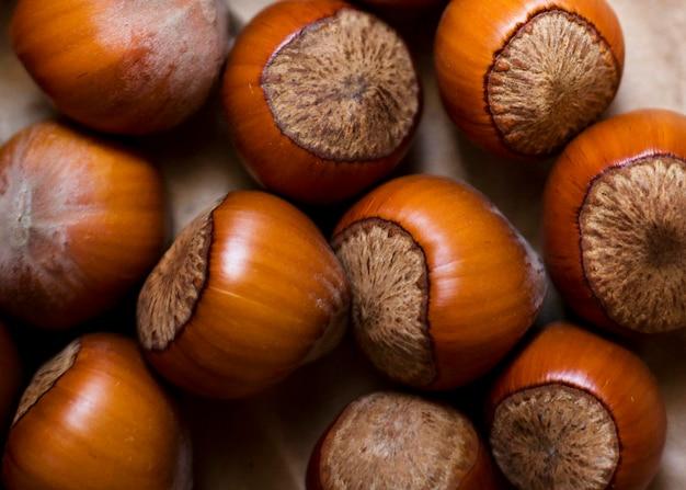 Arreglo de castañas frescas de otoño.